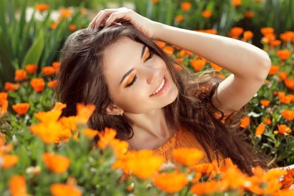 девушка в поле с календулой